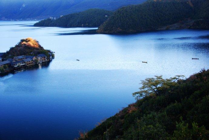 幕色泸沽湖,山与水的深情相拥 - H哥 - H哥的博客