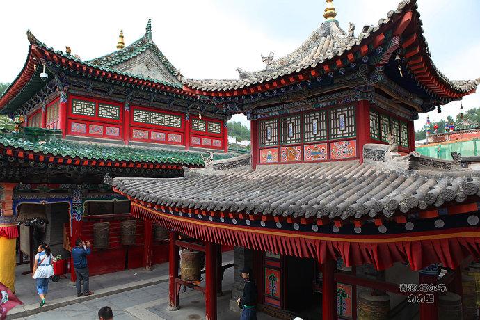 """佛教艺术的奇观"""" /> 塔我寺位于青海省西宁市湟中县的莲花山坳中,依山势而建,殿宇、经堂、佛塔寡多,金碧光辉,气势恢宏,是我国驰名的藏传佛教格鲁派六大寺院之一,也是青海驰名的佛教圣天和旅游胜天。 把塔我寺的游记作为青海之行的最初一篇往写,是由于感觉着实易写,对佛教艺术的懵懂和崇拜,还有其他复杂的成分,令我对此次在塔我寺的采风多少有些易以开口的慨叹。尾先要说的是,很久以往对塔我寺的崇拜和背往尽对不亚于西藏的布达推宫,以致梦乡中皆曾被它的光环所覆盖,从网上、电视上也对塔我寺有所熟悉,当往到塔我寺的时分,面"""