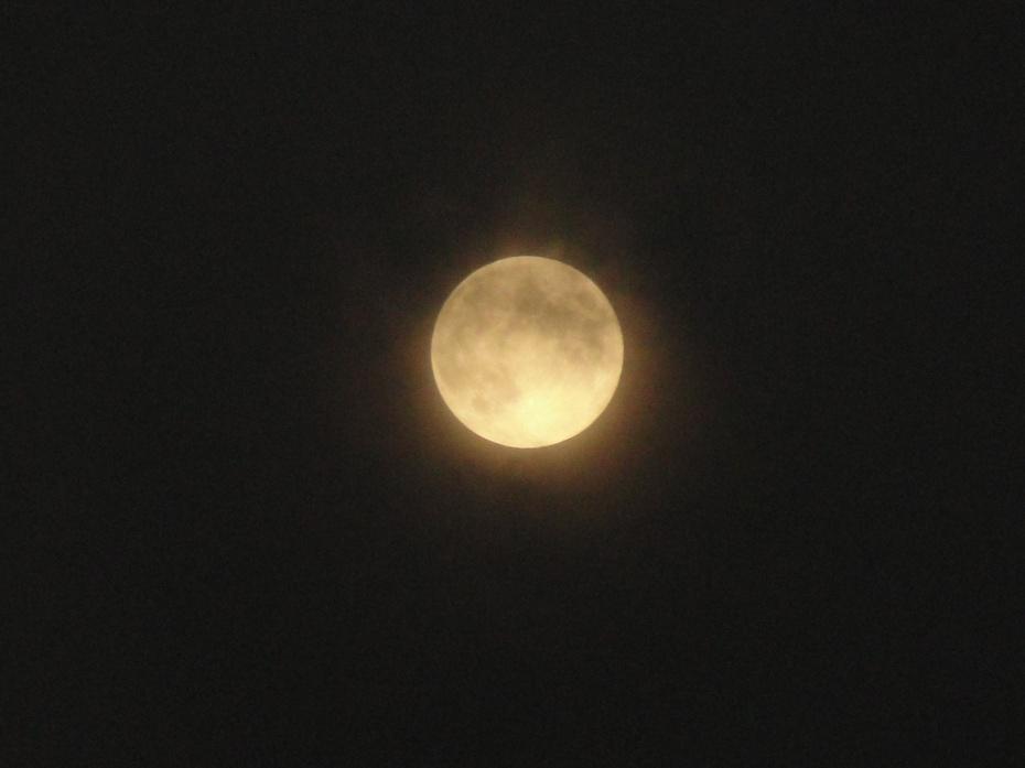 无论身处何方,举头望月,总产生天涯共此时,明月心间照的柔情.