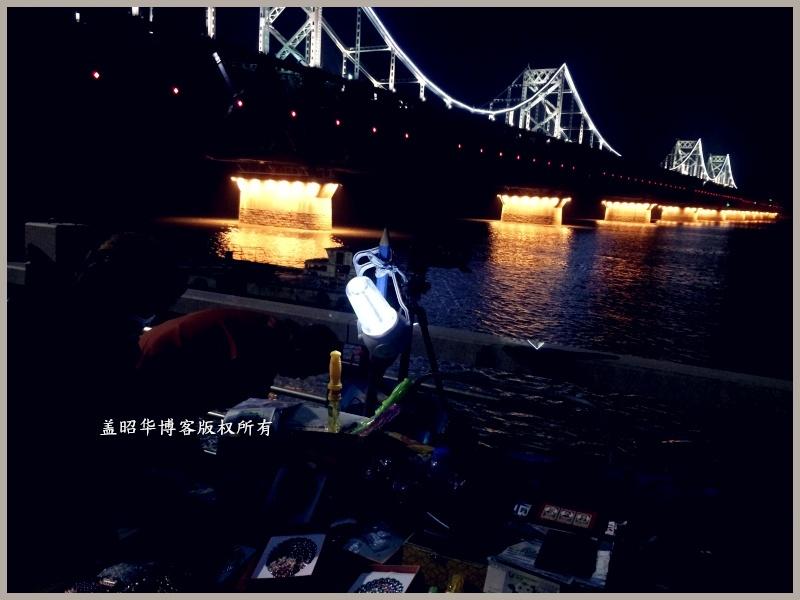 在鸭绿江边,夜里, 两位老人依然不肯收摊, 我 ...