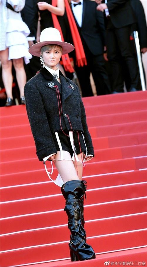李宇春亮相戛纳电影节,造型被指辣眼:确定不是马戏团出来的?
