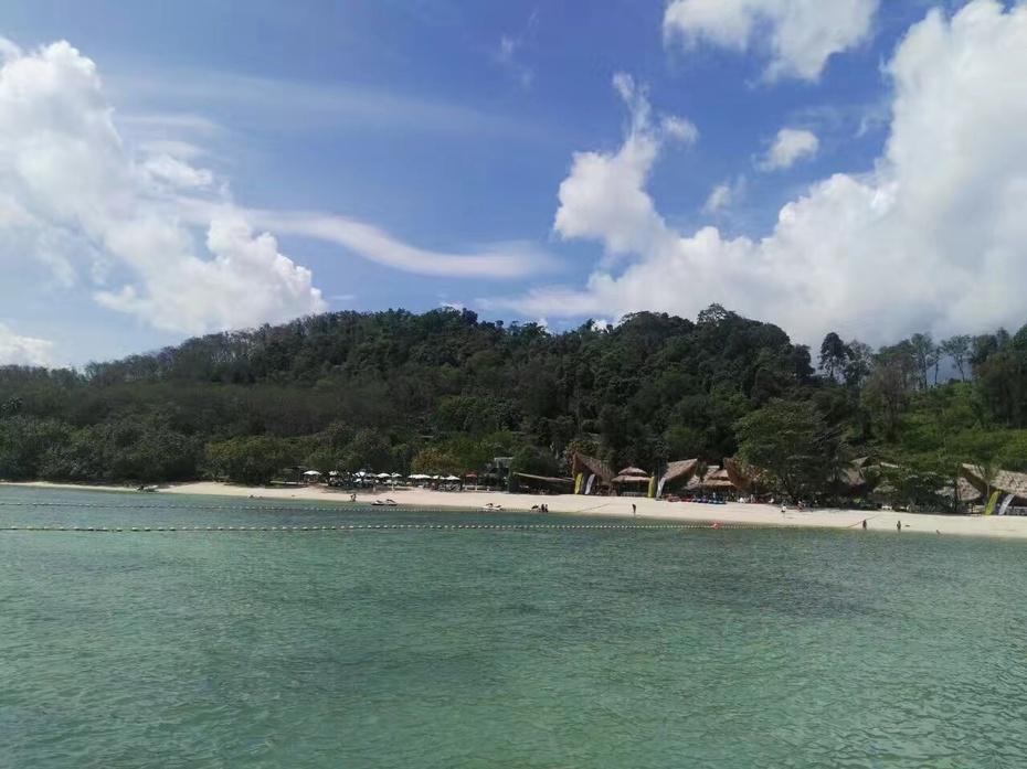 蓝天白云下的普吉岛:休闲度假好去处