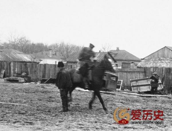 哥萨克骑兵拿亲苏分子练刀 - 爱历史 - 爱历史---老照片的故事