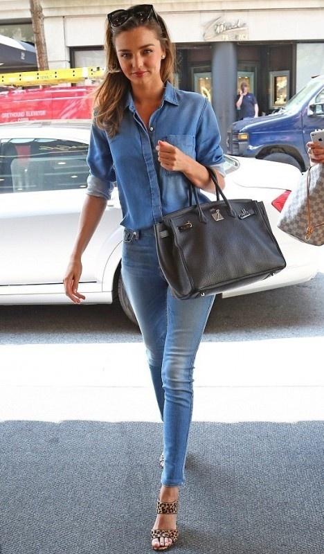 一身天蓝色牛仔衣加牛仔裤 竖