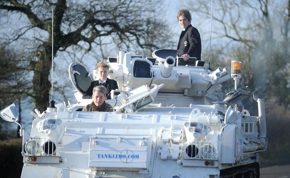 {转载}土豪也任性 老爸开17吨重坦克送儿子上学 - 大朴山房 - 大朴山房