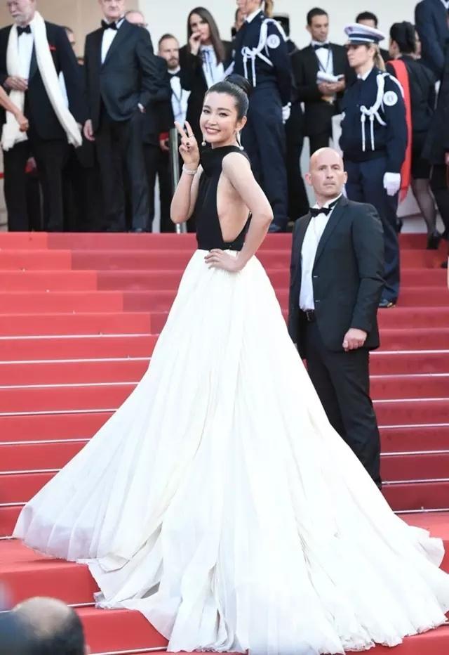 戛纳 | 从女神到巩皇,戛纳红毯这条路她走了23年 - toni雌和尚 - toni 雌和尚的时尚经