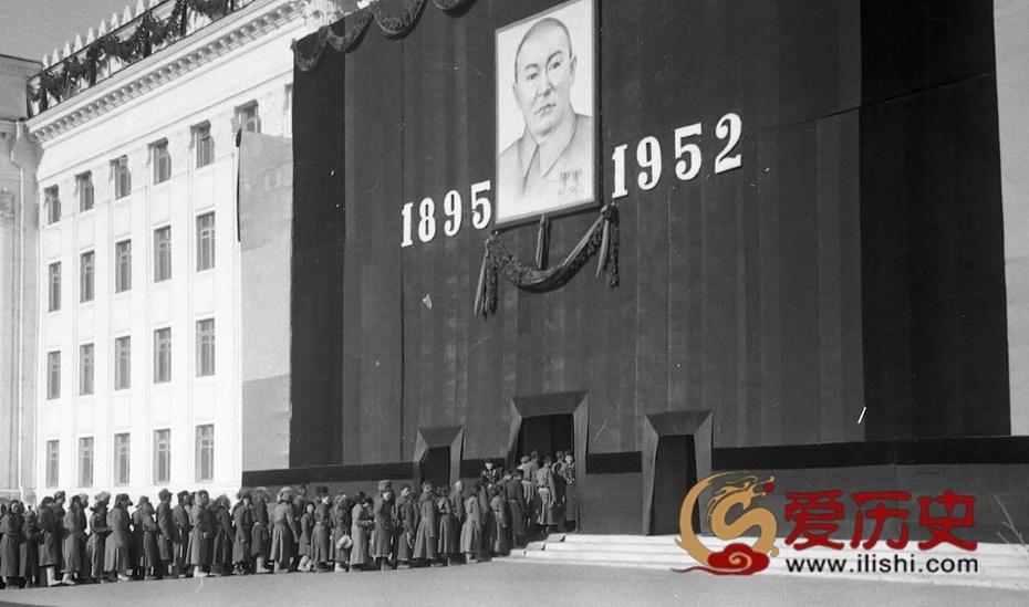 1952年乔巴山葬礼 聂荣臻亲自抬棺送葬 - 爱历史 - 爱历史---老照片的故事
