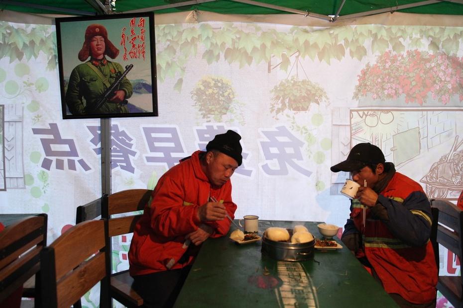 低调老板 设环卫工人免费早餐点 - 东亚影像 - 东亚影像