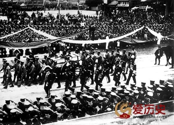 """为天皇剖腹尽忠的日本""""军神""""葬礼 - 爱历史 - 爱历史---老照片的故事"""