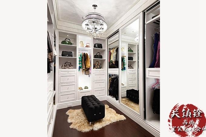 欧式的衣帽间设计,给包包,衣服,鞋子划分了区域.