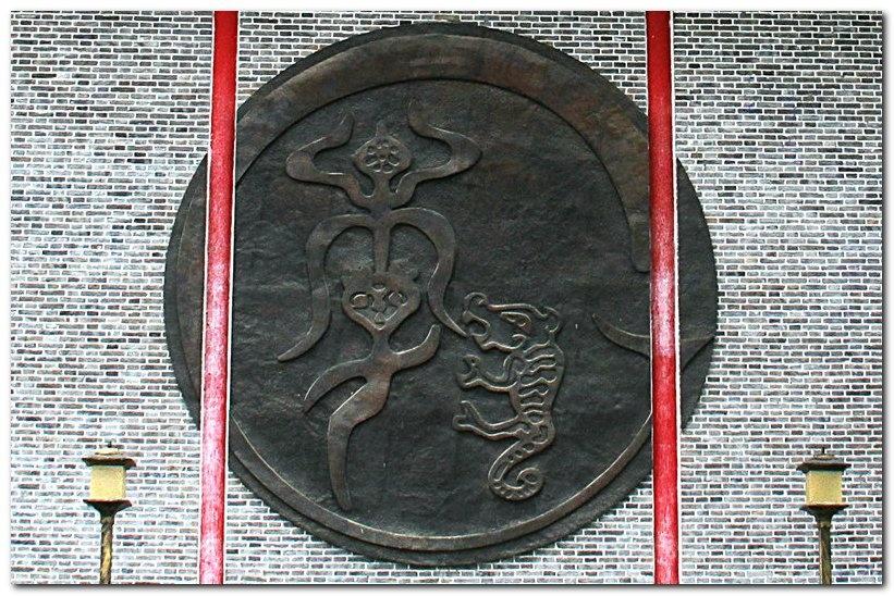 拜过李氏图腾,来到祭祀广场,广场上戏楼的背面墙上就是李氏图腾.图片