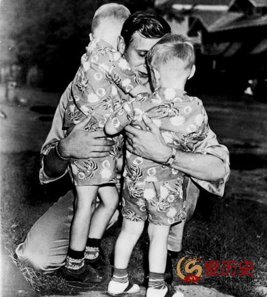 1953年朝鲜战争美军战俘归国的温情时刻 - 爱历史 - 爱历史---老照片的故事
