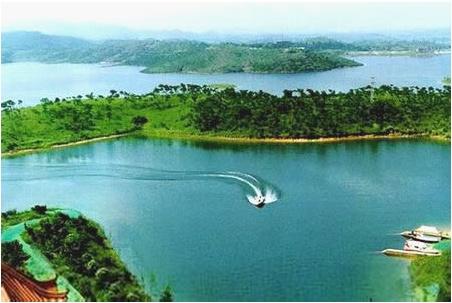 地理位置:木兰天池风景区位于黄陂区北部的石门山,距武汉市中心仅55