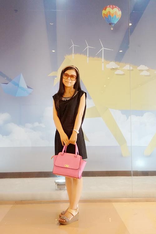 【馨馨520】简约时尚搭:黑色连衣裤搭配糖果色包 - 馨馨520 - 馨馨520