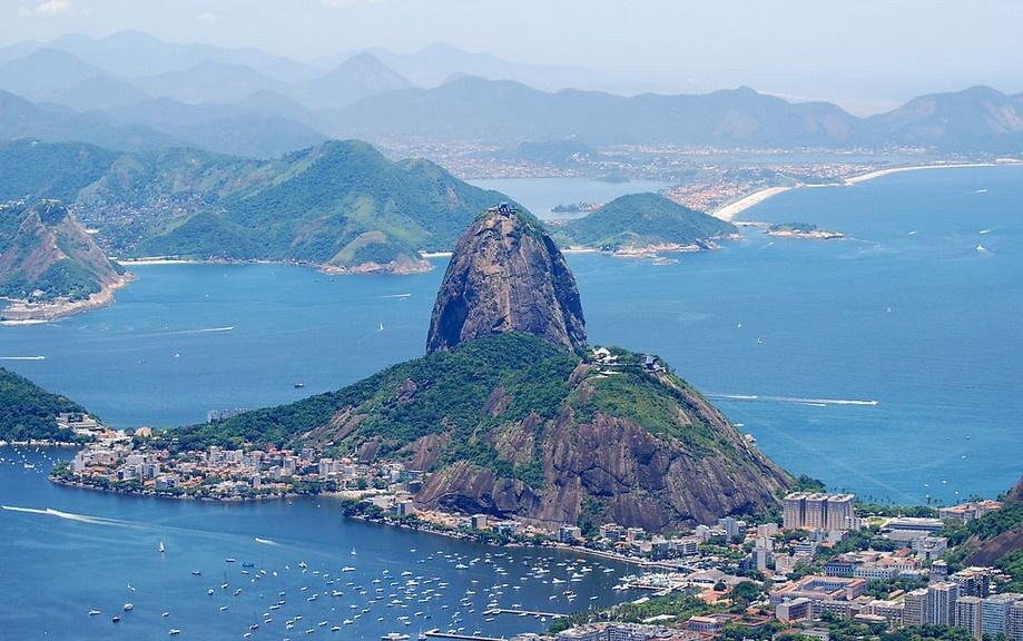 巴西利亚大教堂为双曲线形的透明建筑,内顶悬挂巨型天使塑像.