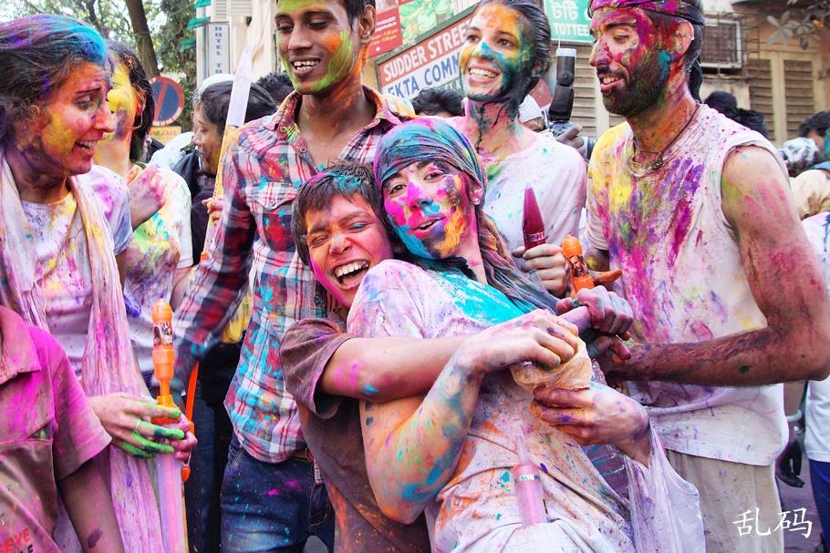 印度疯狂洒红节美女遭蹂躏