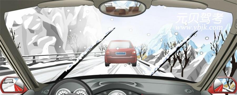 在这种天气条件下行车如何使用灯光?A、使用近光灯B、不使用灯光C、使用远光灯D、使用雾灯答案是A