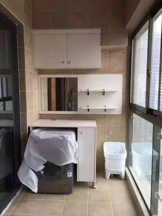 改造成另一个洗漱间  阳台不利用就太浪费了,定制一组柜子放洗衣机