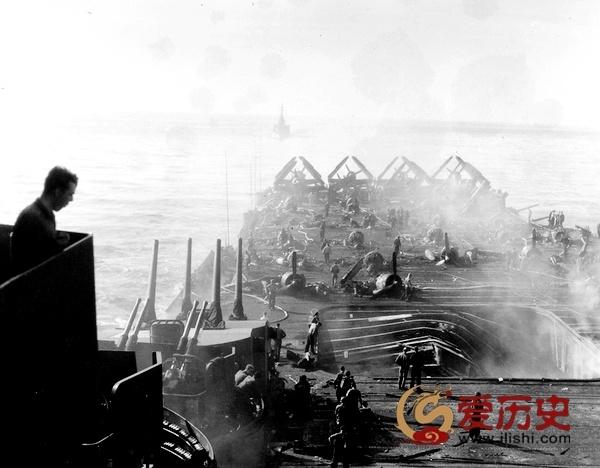 """美军""""邦克山号""""航母遭神风特攻后的惨状 - 爱历史 - 爱历史---老照片的故事"""