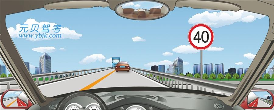 驾驶机动车怎样经过公路跨线桥?A、加速行驶,尽快通过B、车速控制在15公里/小时以内C、按照标志限定速度行驶D、尽量靠桥中心行驶答案是C