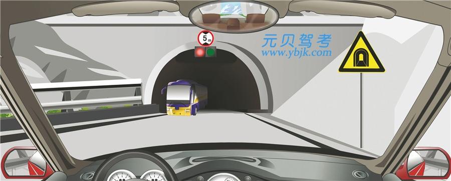 驾驶机动车遇到这种情况要靠右侧停车等待。答案是对