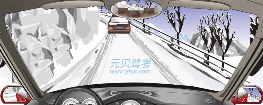 在山区冰雪道路上遇到这种前车正在上坡的情况如何处置?础、前车通过后再上坡叠、迅速超越前车上坡颁、低速超越前车上坡顿、紧随前车后上坡答案是础