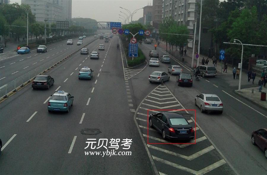 圖中紅框內行駛車輛存在交通違法行為。答案是對