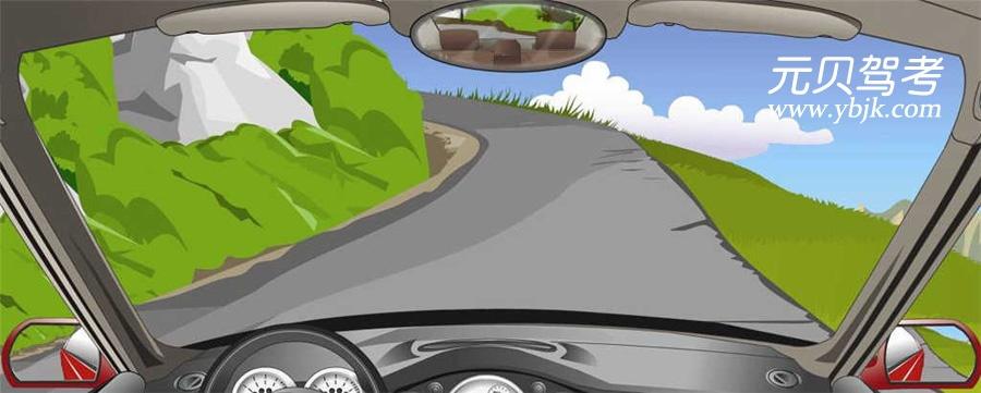 在這種路面較窄的急彎處行車時要注意什么?A、集中注意力B、降低車速C、注意鳴喇叭D、做好停車準備答案是ABCD