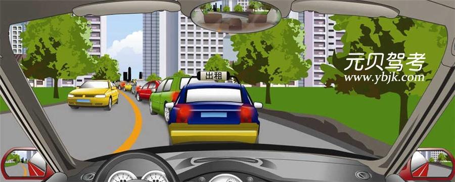 遇到这种前方拥堵路段通行缓慢时怎样行驶?A、依次跟车行驶B、从右侧超越C、靠边停车等待D、从左侧超越答案是A