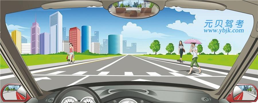 駕駛機動車在這種情況下可以適當鳴喇叭加速通過。答案是錯
