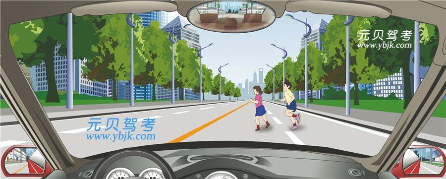 突然出现这种情况,驾驶人要及时减速或停车避让。答案是对