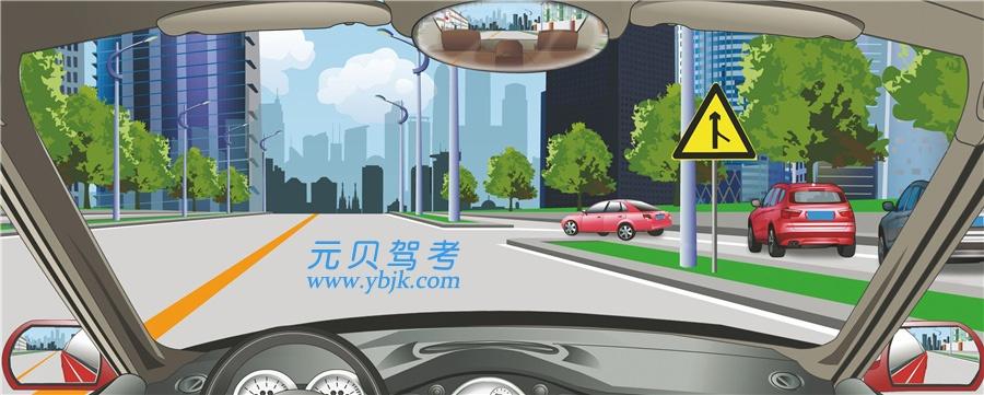驾驶机动车驶近前方主支干道交汇处要注意什么?A、提前减速,注意机动车B、保持正常速度行驶C、鸣喇叭,迅速通过D、提前加速,快速通过答案是A