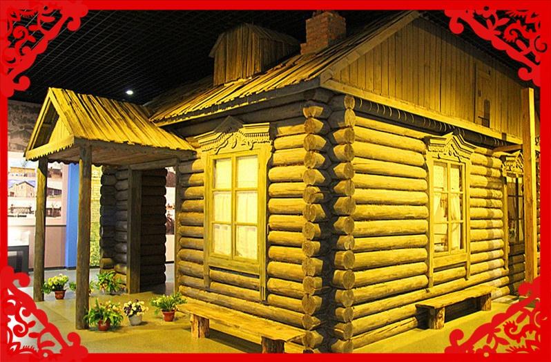 传统的俄罗斯族民居讲究的是单门独院。居所位于宽敞院落的中心或一侧,周围空地摆布有菜地、牲畜圈舍、储藏室和蒸汽浴房,建筑都由木头建制,木板栅栏围起院落,田园风光衬托于正房居舍。整个正房坐北朝南,完全由圆木和木板构成。墙体皆由圆木平垛,两头刻槽,相联处长短不一于槽内,平垛的圆木间皆用青苔填缝,固定密封。房盖为三角形屋脊,屋顶覆盖于灯笼板,俄语叫德尔巫尼约克,就是用斧头劈成的薄薄木板。房屋高度与我国庶民普通平房民居相许。窗户南开居多,房门年夜都北开,窗框二层木板装饰雕花,古朴艺术。窗外上有窗板,昼开夜关,
