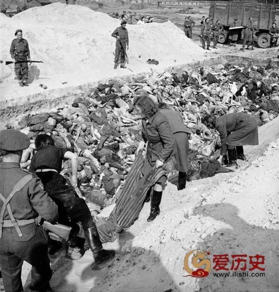 1946年纪念卑尔根.贝尔森集中营解放一周年 - 爱历史 - 爱历史---老照片的故事