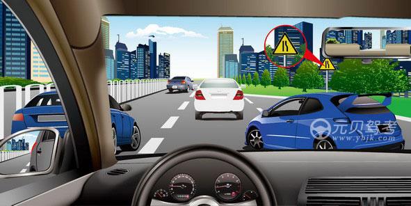 如图所示,驾驶机动车遇到前车插入本车道时,可以向右转向,从前车右侧加速超越。答案是错