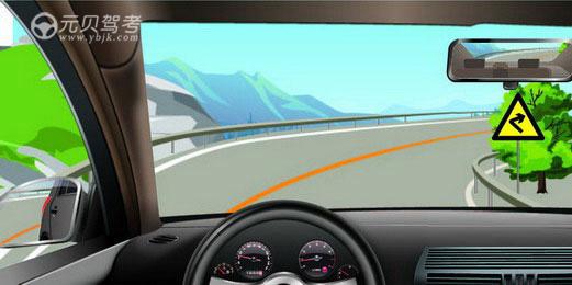 如图所示,驾驶机动车遇到这种情况,以下做法正确的是什么?A、减速慢行、鸣喇叭示意B、为拓宽视野,临时占用左侧车道行驶C、加速行驶D、停车观察答案是A