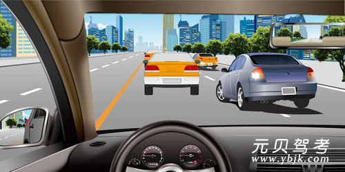 如图所示,车辆在拥挤路段排队行驶时,遇到其他车辆强行穿插行驶,以下说法正确的是什么?础、迅速左转躲避叠、减速或停车让行颁、持续鸣喇叭警告顿、迅速提高车速不让其穿插答案是叠