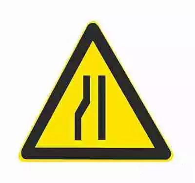 左侧变窄车行道左侧缩窄。此标志设在窄路以前适当位置。