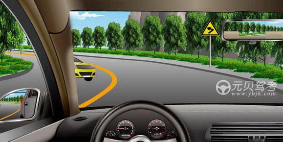 如圖所示,駕駛機動車遇彎道會車時,以下做法正確的是什么?A、加速通過B、占用對向車道C、靠邊停車D、減速靠右通過答案是D