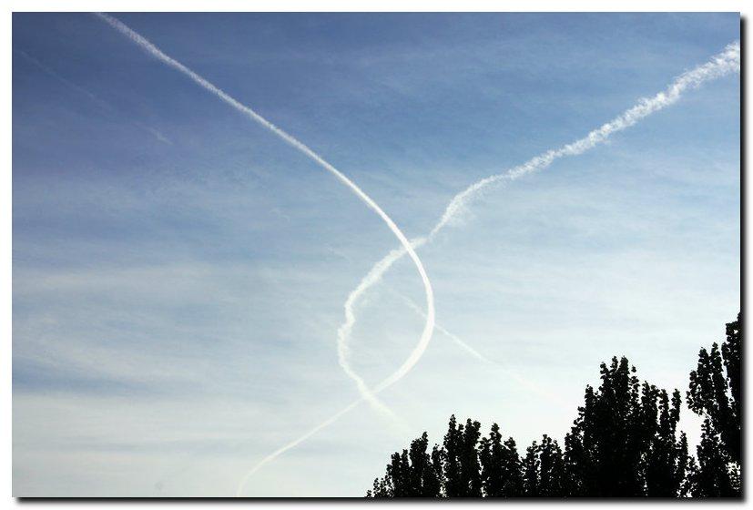 有不同方向的飞机飞过