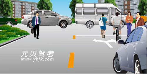 如图所示,驾驶机动车在居民小区遇到这种情形要连续鸣喇叭,示意行人让路。答案是错