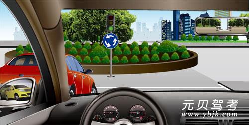 如圖所示,在這種情況下準備進入環形路口時,為了保證車后車流的通暢,應加速超越紅車進入路口。答案是錯