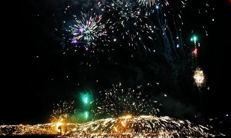 元宵影记之九——大夫观抡铁花 - 古藤新枝 - 古藤的博客