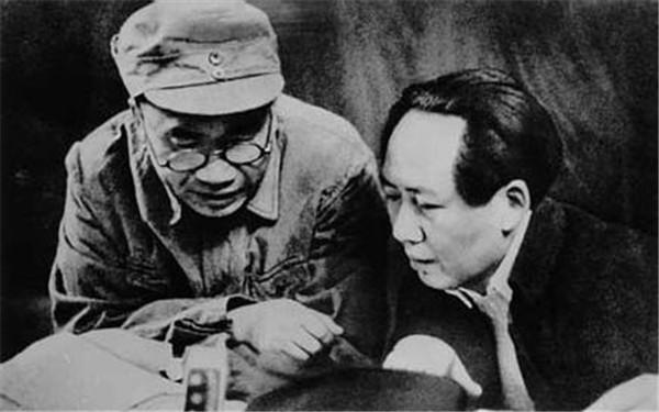 对比朱德的总体战思想和毛泽东的《论持久战》、《抗日游击战争的战略问题》,可以看出他们在进行抗日问题上所存在的分歧。朱、毛同样谈游击战,但朱德认为:抗日游击战争是整个抗日战争中的一部分,而且是必不可缺少的一部分,是取得抗日战争最后胜利的主要条件之一。抗日的作战方式分正规战、运动战和游击战三种基本形式,游击战处于辅助地位,其作用是能够配合正规军作战。抗日的民族自卫战争要取得最后的胜利,仅仅依靠游击队,谁也知道是不能够的;必须有政治坚定、指挥统一、装备优良的数百万正规的、现代化的国民革命军作为主力才能达