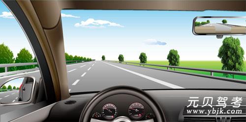 如图所示,在高速公路同方向三条机动车道右侧车道行驶,车速不能低于多少?A、100公里/小时B、60公里/小时C、110公里/小时D、80公里/小时答案是B