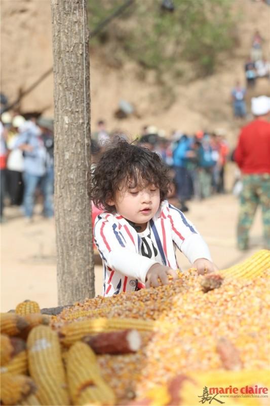 爸爸携萌娃回归 第一站住窑洞掰玉米 - 嘉人marieclaire - 嘉人中文网 官方博客