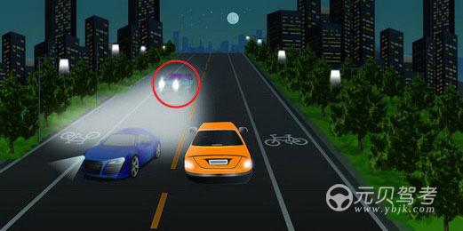如图所示,红圈中标记车辆使用灯光的方法是正确的。答案是错