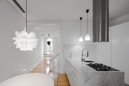 设计师在墙壁上大面积留白,形成厨房与楼梯间的完美过渡,它最
