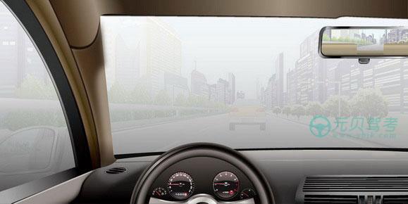 如图所示,雾天驾驶机动车行驶,旁边车道无车时,可变更车道,快速超越前车。答案是错