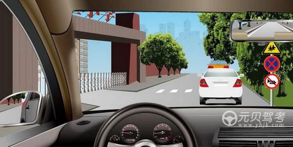 如圖所示,駕駛機動車行經該路段時,以下說法錯誤的是什么?A、注意兒童B、禁止停車C、禁止鳴喇叭D、前方禁止通行答案是D
